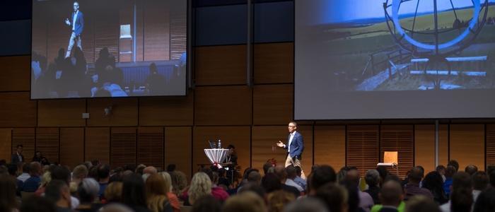 Peter Urbanec rozpráva na konferencii